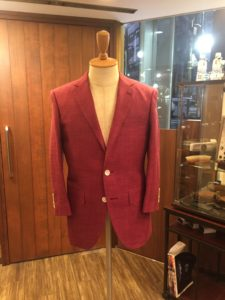 ロロピアーナの赤色のサマージャケット。ボディにかけて飾るだけでお店がオシャレに彩られます。