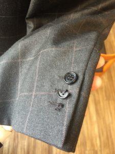 イタリアの最高峰メンズブランド「ブリオーニ」のハンドメイドジャケットのボタンの付け替え修理(リフォーム)