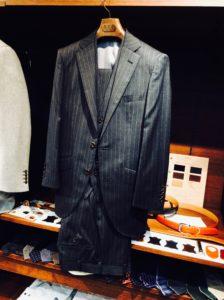 MAURIZIO(マウリッツィオ)のスリーピーススーツ(ベスト付きスーツ)のオーダー事例