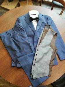 横浜での結婚式に相応しい「ブルー」を基調としたスリーピースのウエディングスーツ。