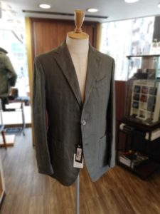 イタリア高級ブランド「ラルディーニ」の一枚仕立てのジャケットの袖丈詰め
