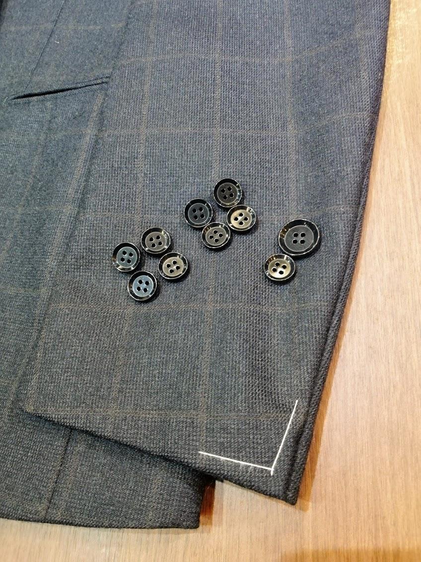 (新品)サルトリアリングのジャケットの袖にボタンホールを開けて釦付けをして仕上げるリフォーム事例